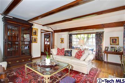 Stylish Living Room (courtesy Itech MLS)